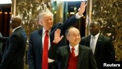 도널드 트럼프 대통령 당선인(왼쪽) 이 지난 6일 뉴욕 트럼프타워에서 한국계 일본인 사업가 손 마사요시(손정의) 소프트뱅크 최고경영자(CEO)와 만나 기자들에게 손을 흔들고 있다.