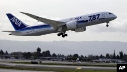Sebuah pesawat Boeing 787 Dreamliner milik maskapai penerbangan ANA tinggal landas dari bandari San Jose, California menuju Tokyo, Jepang, 11 Januari 2013. (AP Photo/Marcio Jose Sanchez). Baik ANA maupun JAL telah melarang terbangsemua pesawat 787 Dreamliner, menyusul pendaratan darurat di Takamatsu, pulau Shikoku, Jepang barat, akibat adanya asap di kabin pesawat tersebut, Rabu (16/1).