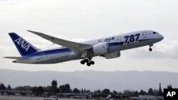 Máy bay Boeing 787 của hãng ANA cất cánh từ phi trường San Jose, California.