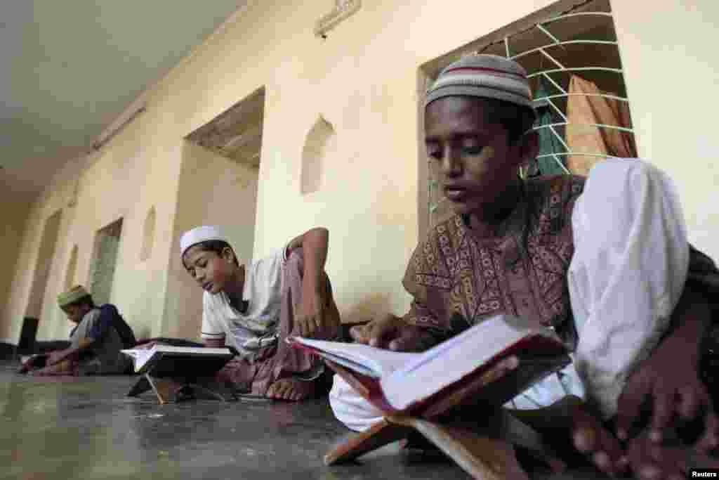 Çocuklar iftardan önce Kuran okurken, Dakka, 23 Temmuz 2012
