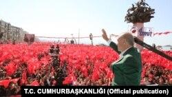 Presiden Turki Recep Tayyip Erdogan memberikan pidato dalam kampanye di Istanbul, Minggu (17/3).