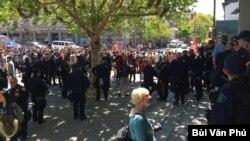 Tháng Tư 2017, dù buổi nói chuyện của nhà bình luận Ann Coulter bị hủy bỏ trước, hàng trăm cảnh sát canh gác không cho người biểu tình vào khuôn viên trường. (Ảnh: Bùi Văn Phú)