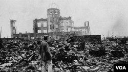 Kota Hiroshima di Jepang hancur dan setidaknya 140.000 warga tewas akibat serangan bom atom AS, 6 Agustus 1945.