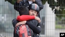 ນັກຖີບລົດ ທ້າວ Fabian Cancellara ຂອງ Switzerland ສະເຫຼີມສະຫຼອງ ຫຼັງຈາກທີ່ໄດ້ເຂົ້າຜ່ານ ເສັ້ນໄຊເປັນທີໜຶ່ງ ຂອງການແຂ່ງຂັນດ່ຽວ ຈັບເວລາ ຢູ່ທີ່ການແຂ່ງຂັນໂອລິມປິກ ລະດູຮ້ອນ ໃນເມືອງຫາດຊາຍ Pontal ຂອງນະຄອນ Rio de Janeiro, ປະເທດ Brazil, ເມື່ອວັນພູດ ທີ 10 ສິງຫາ 2016.