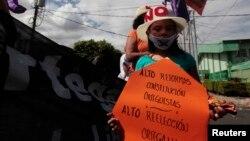Una niña forma parte de la protesta contra las reformas a la Constitución en Nicaragua que le permitirían al presidente Daniel Ortega buscar nuevamente la reelección.