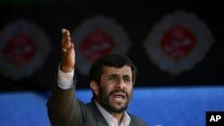 """احمدی نژاد: """"ایالات متحدۀ معاصر متعلق به همه کشورها است""""."""