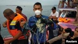 Спасательная команда ищет обломки индонезийского самолета потерпевшего крушение 9 января 2021 г.