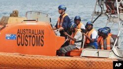 Sri Lankan refugees are transferred by dinghy to Indonesian ferries from the Australian customs vessel Oceanic Viking near Tamborah Laut (File)