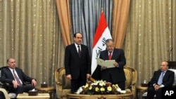 Iraqi President Jalal Talabani, center right, and Prime Minister Nouri al-Maliki, center left, are seen during a ceremony of asking al-Maliki to form the next government in Baghdad, 25 Nov 2010