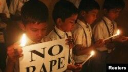 Učenici tokom bdenja sa svećama u znak sećanja na žrtvu silovanja u Nju Delhiju, Ahmedabad, Indija, 31. decembar, 2012.