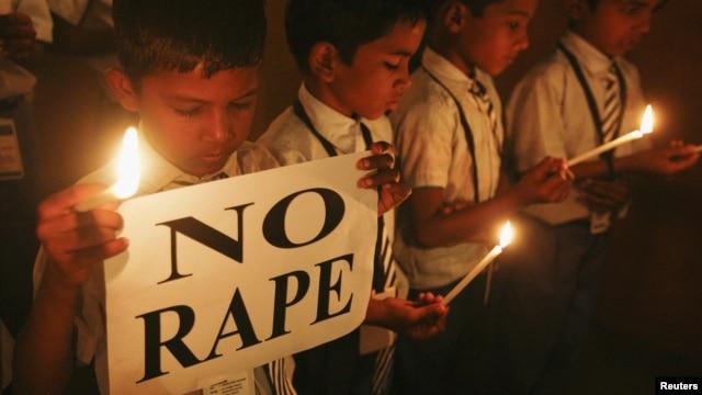 Sinh viên thắp nến cầu nguyện cho nữ sinh 23 tuổi thiệt mạng trong vụ cưỡng dâm, ngày 31 Tháng 12, 2012.