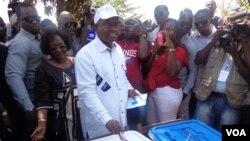 Guiné-Bissau, Eleições Gerais de 13 de Abril de 2014, Presidente Manuel Serifo Namadjo coloca o seu voto
