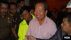 Buronan kasus korupsi aliran dana BLBI yang kabur ke Australia Adrian Kiki Ariawan (kemeja pink), akhirnya berhasil diekstradisi ke Indonesia Rabu 22 Januari 2014 (foto: VOA/Andy Lala).