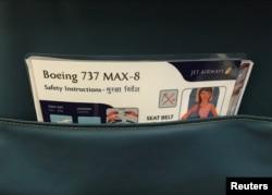 Lembar instruksi keselamatan penumpang Boeing 737 MAX yang dioperasikanJet Airways tampak di Bandara Internasional Chhatrapati Shivaji di Mumbai, India, 28 Juni 2018. (Foto: Reuters)
