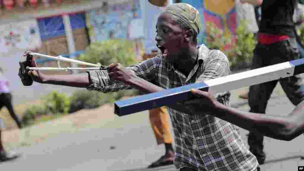 Um manifestante usa uma fisga durante confrontos com as forças de segurança no distrito de Cibitoke da capital Bujumbura, Burundi, 29 de Maio, 2015