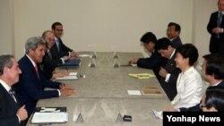 존 케리 미국 국무장관이 10일 브루나이에서 아세안 정상회의에 참석한 박근혜 한국 대통령과 만나 북한 문제 등을 논의했다.