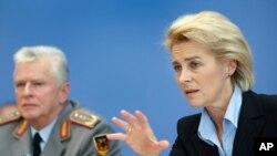 Menteri Pertahanan Jerman Ursula von der Leyen, (kanan) dan Volker Wieker, Inspektur Jenderal angkatan bersenjata Jerman, memberikan keterangan kepada media saat konferensi pers bersama di Berlin, Jerman, 3 Desember 2015. (Foto:dok).