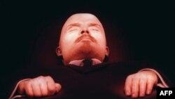 Владимир Ленин в Мавзолее