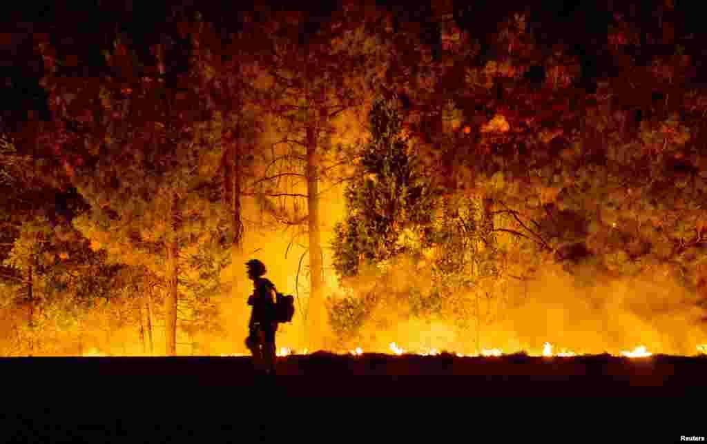 미국 캘리포니아주 프레시폰드 주변에서 대형 산불이 발생한 가운데, 소방관들이 불길이 번지는 것을 막기 위해 맞불을 놓았다.