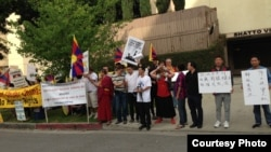 50余藏人在洛杉矶中国总领馆前抗议 (照片由刘雅雅提供)