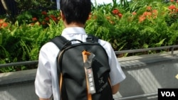 一名香港中學生開學日在書包掛上反洗腦國民教育的黑色紙帶,支持「黑色開學日」