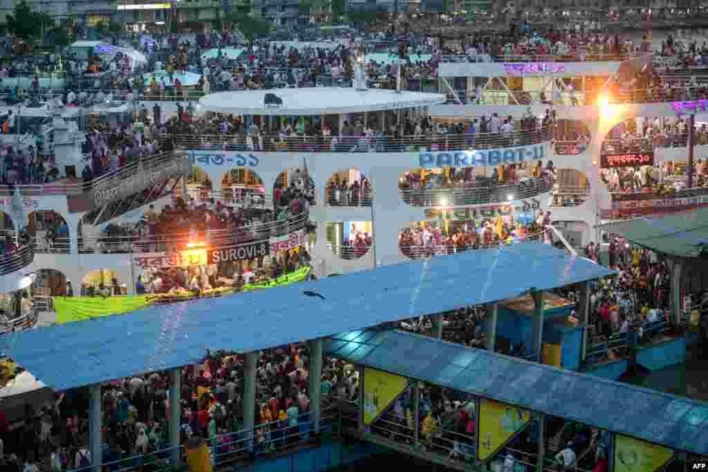 """Warga Muslim Bangladesh berkumpul di atas kapal feri ketika mereka akan """"pulang kampung"""" menjelang hari raya Idul Adha di ibu kota Dhaka, Kamis 30 Juli 2020."""