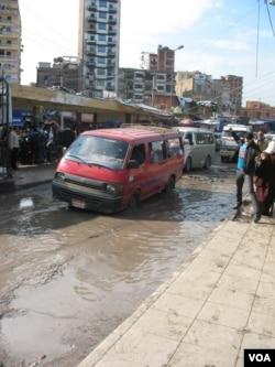 埃及亚历山大火车站外泥泞中的轿车(美国之音申华 拍摄)