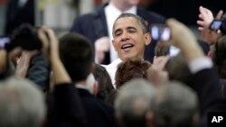 2月13日奧巴馬在北卡羅來納和工厂員工及來賓在一起