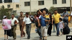 ژمارهیهک فهڵسـتینی کهلوپهلهکانی خۆیان ههڵـگرتووه و بهرهو دهروازهی نوێی پهڕێنهوهی نێوان میسر و غهززه له ڕهفح دهڕۆن، سێشهممه 1 ی شهشی 2010