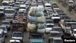 Xe cộ tắc nghẽn trên đường phố ở thủ đô Cairo, Ai Cập. Phúc trình về tình trạng toàn cầu về an toàn đường sá năm 2015 cho biết tỷ lệ cao nhất về số tử vong giao thông là ở Châu Phi, tiếp theo là Trung Đông.