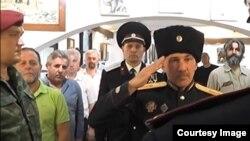 Slavenko Kuzmanović (lijevo) i Gavrilo Stević (desno u sivoj košulji) na osnivanju Balkanske kozačke vojske u Kotoru. Foto: Screenshot
