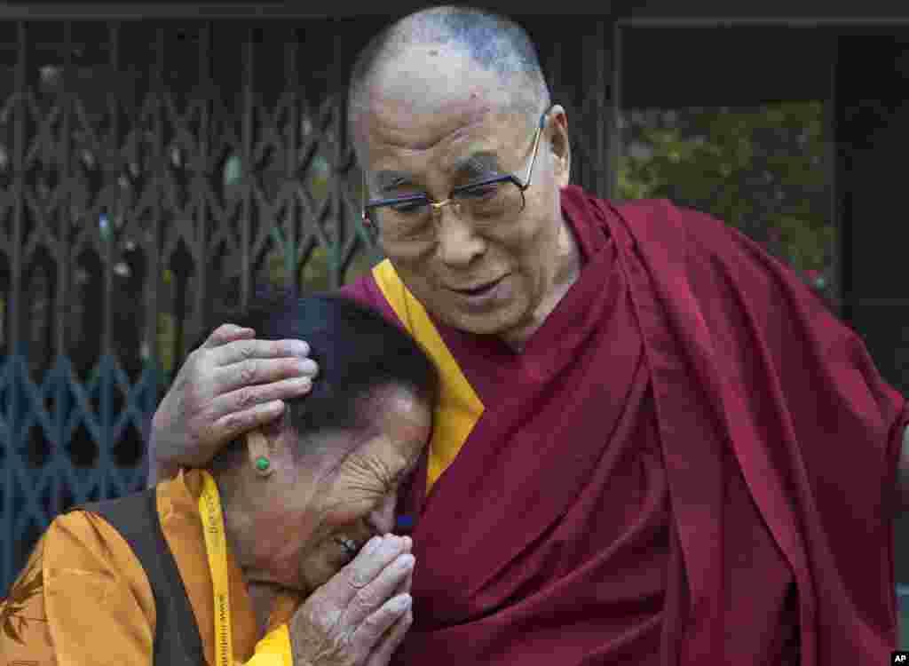 ស្រ្តីចំណាស់ទីបេម្នាក់ ដែលកំពុងស្ថិតក្នុងចំណោមមនុស្សជាច្រើនរង់ចាំទទួលសម្តេចសង្ឃ ដាឡៃ ឡាម៉ា (Dalai Lama) មានការរំភើប នៅពេលមេដឹកនាំអង្គនេះស្វាគមន៍ស្រ្តីម្នាក់នោះ នៅពេលព្រះអង្គយាងទៅដល់វិទ្យាស្ថាន Institute of Buddhist Dialectics នៅក្បែរក្រុង Dharmsala ប្រទេសឥណ្ឌា។