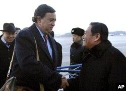 前美国驻联合国大使、现任新墨西哥州州长理查森抵达朝鲜受到有关官员的欢迎