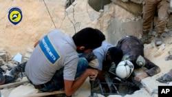 El grupo de Defensa Civil sirio conocido como los Cascos Blancos y los trabajadores de Defensa Civil siria buscan personas en Aleppo al este de Siria después de un ataque aéreo.