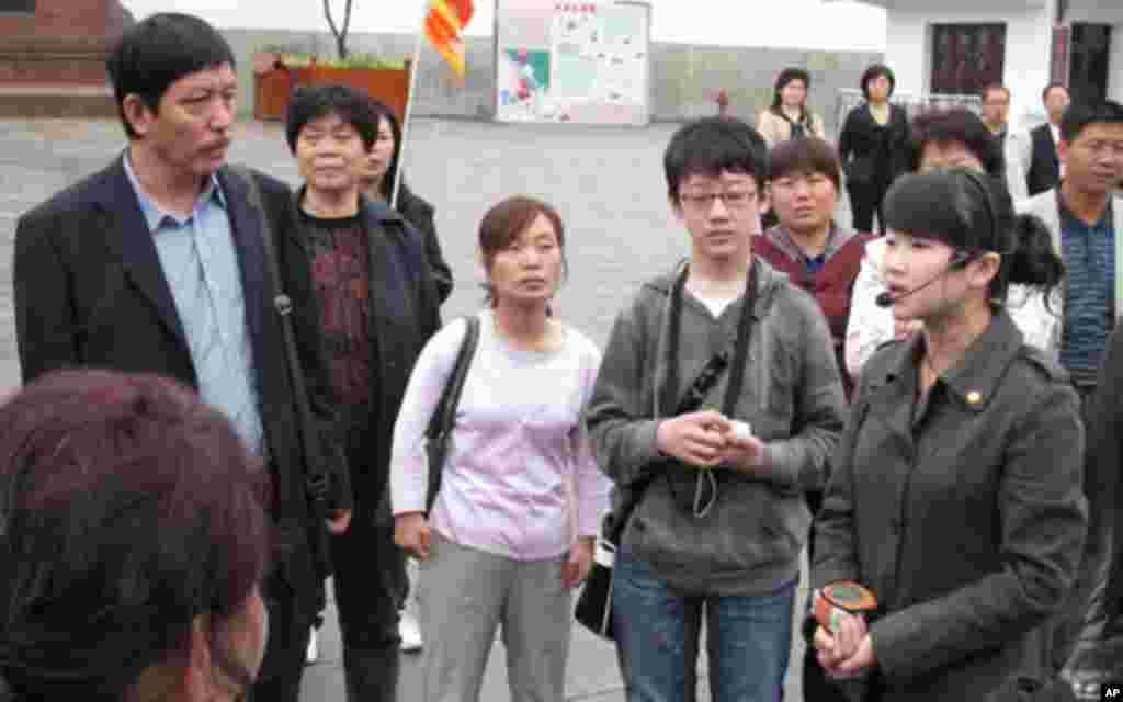 游客参观遵义会议会址