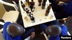 Des ouvriers ivoiriens boivent leurs bières à Abidjan, le 1er mai 2007.