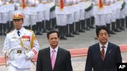 Thủ tướng Nhật Shinzo Abe và Thủ tướng Việt Nam Nguyễn Tấn Dũng tại Hà Nội, ngày 16 tháng 1, 2013.
