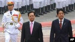 16일 베트남 방문해 응웬 떤 중 베트남 총리(왼쪽)와 정상회담을 가진 신조 아베 일본 총리.