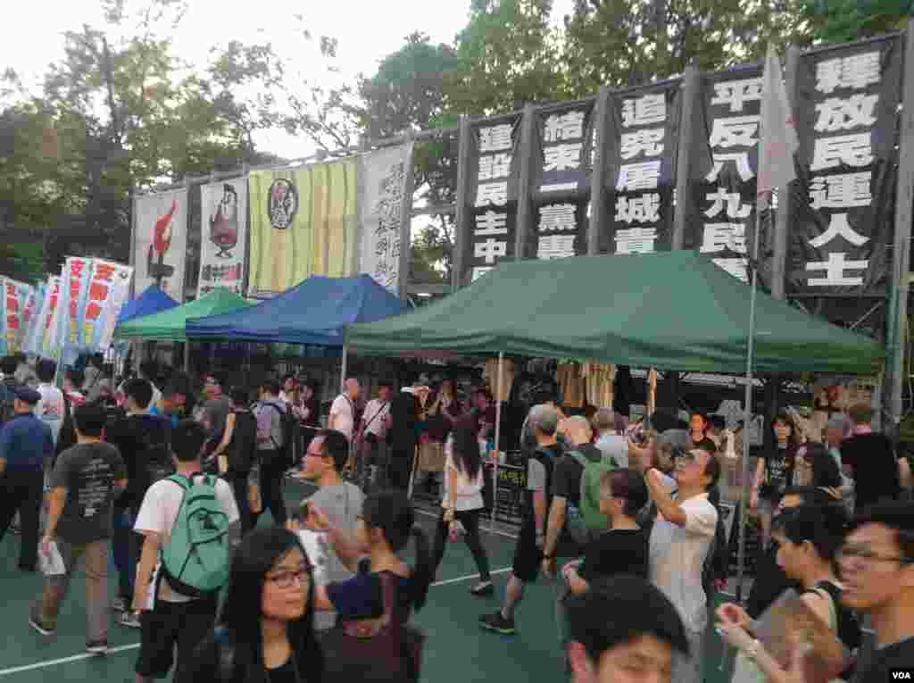 香港2014年六四烛光晚会开始前的景象(美国之音海彦拍摄)