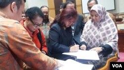 Pemerintah dan DPR menyetujui Rancangan Undang-undang tentang Pengesahan ASEAN Convention Against Trafficking in Persons, Especially Women and Children (Konvensi ASEAN menentang perdagangan orang terutama Perempuan dan Anak), di Jakarta hari Rabu 11/10. (Foto: VOA/Fathiyah).