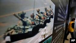 香港六四紀念館展出的1989年六四鎮壓期間一名男子隻身擋坦克的的著名照片 (資料圖片)