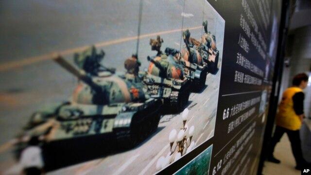 香港六四纪念馆展出的1989年六四镇压期间一名男子只身挡坦克的的著名照片。(资料照)