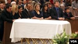 La familia junto al ataúd de Christina Green, su madre Roxanna, la tercera de la derecha, el padre John, segundo de la derecha y el hermano Dallas durante el funeral.