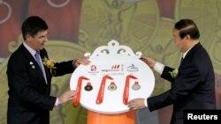 Wakil ketua Komite Olimpiade Beijing (BOCOG) Jiang Xiaoyu (kanan) menerima medali dari Pemimpin BHP Billiton China Clinton Dines dalam upacara serah terima di Beijing, 2 Juli 2008 (Foto: dok). BHP Biliton membantah laporan surat kabar Australia, Financial Review yang menuduh perusahaannya melanggar undang-undang anti-korupsi saat menjadi sponsor Olimpiade ini (13/3).