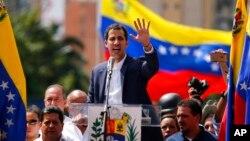委内瑞拉反对派领导人瓜伊多在反政府抗议示威中向支持者发表讲话。(2019年1月23日)