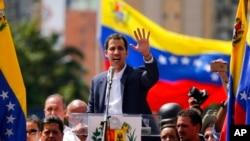Juan Guaido (nan mitan) ki deklare tèt li Prezidan Pwovizwa Venezuela.