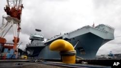 """英国皇家海军""""伊丽莎白女王""""号航空母舰停靠在日本横须贺的美国海军基地。(2021年9月6日)"""