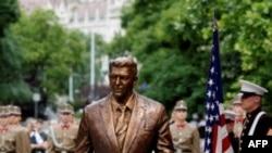 Bức tượng mới đúc của cố Tổng thống Hoa Kỳ Ronald Reagan ở Hungary, 29/6/2011