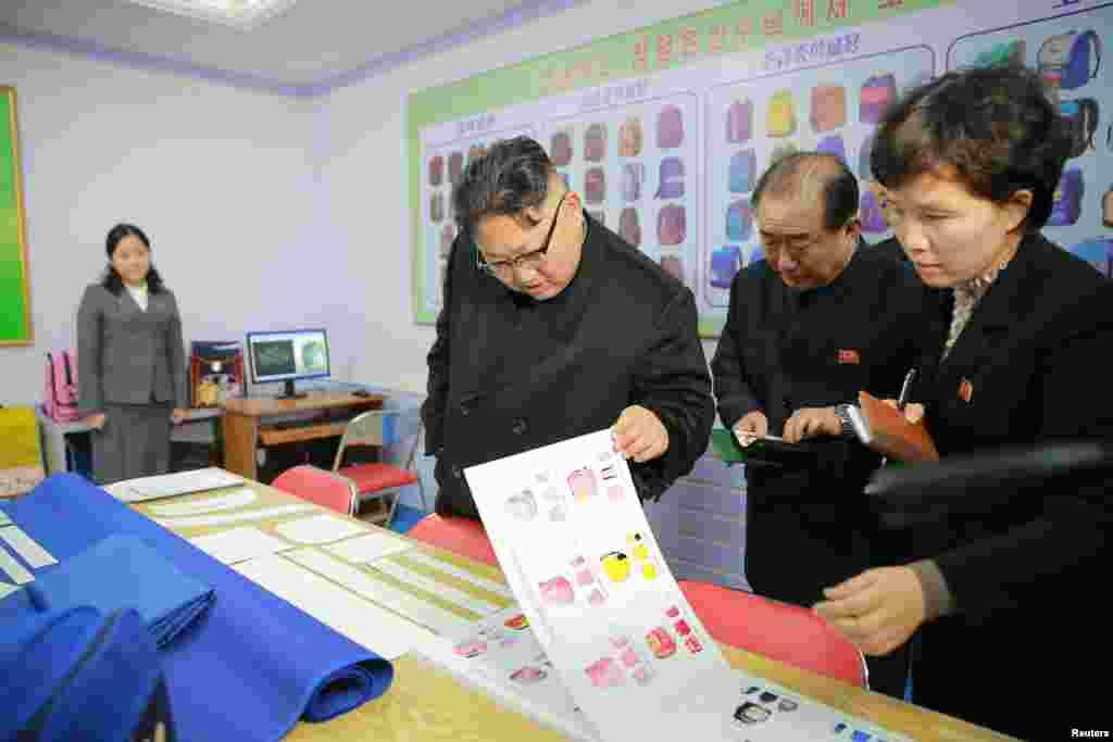 김정은 북한 노동당 위원장이 새로 건설된 평양가방공장을 현지지도했다고 5일 조선중앙통신이 보도했다.