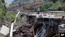 Một người đàn ông đi ngang khu vực bị hư hại sau trận động đất mạnh ở Minamiaso, quận Kumamoto, Nhật Bản, ngày 17/4/2016.